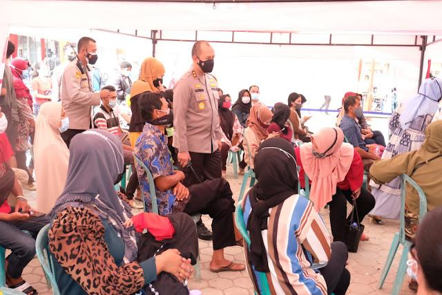 Kapolda Jambi Laksanakan Kegiatan Vaksinasi Massal Sinergitas TNI-Polri hari Ke-2 di Yello Hotel