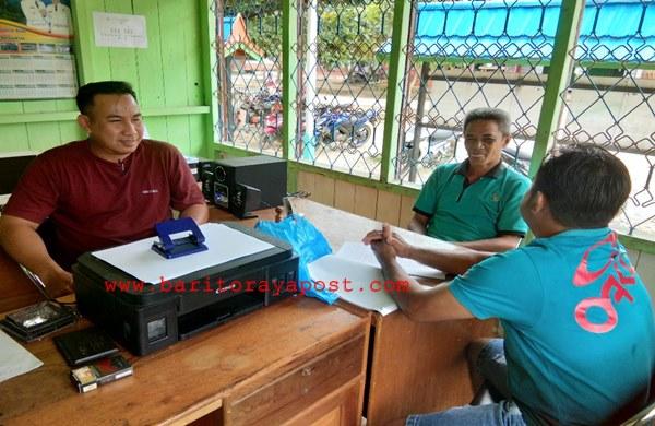 Sejumlah Perangkat Desa Muara Untu Selalu Proaktif Beraktifitas Di Kantor Desa