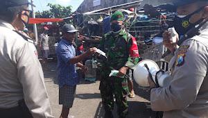 Tak Hanya Sosialisasi Prokes, Aparat Gabungan TNI-Polri di Lumajang Juga Bagikan Masker Gratis