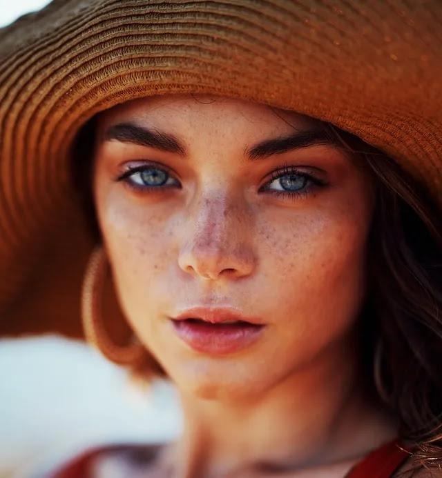 aprende ingles rostro de chica mujer guapa bonita con mirada profunda