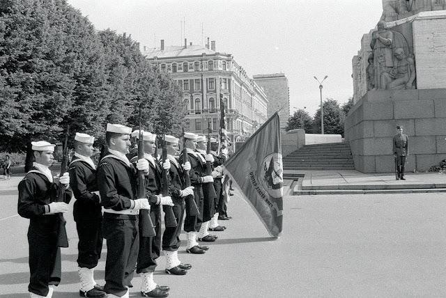 Ziedus pie Brīvības pieminekļa noliek ASV Kara flotes delegācija. 1995.gada 21.jūnijs. LNA LVKFFDA, 179479N