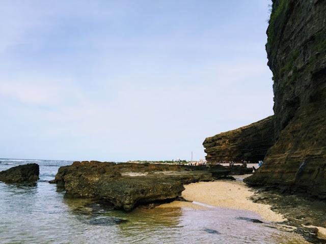Vào khoảng 4h30 – 5h chiều, nước thủy triều rút, con đường mòn lộ diện giữa những lớp đá gồ ghề.