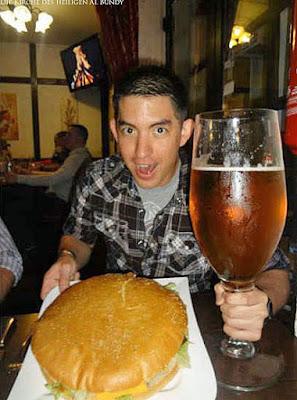 Extrem Essen lustig - großer Hamburger und großes Bier Spaßbilder