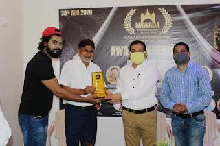 रंगकर्मी वीएस पाठक को मोमेंटो देकर सम्मानित किया।