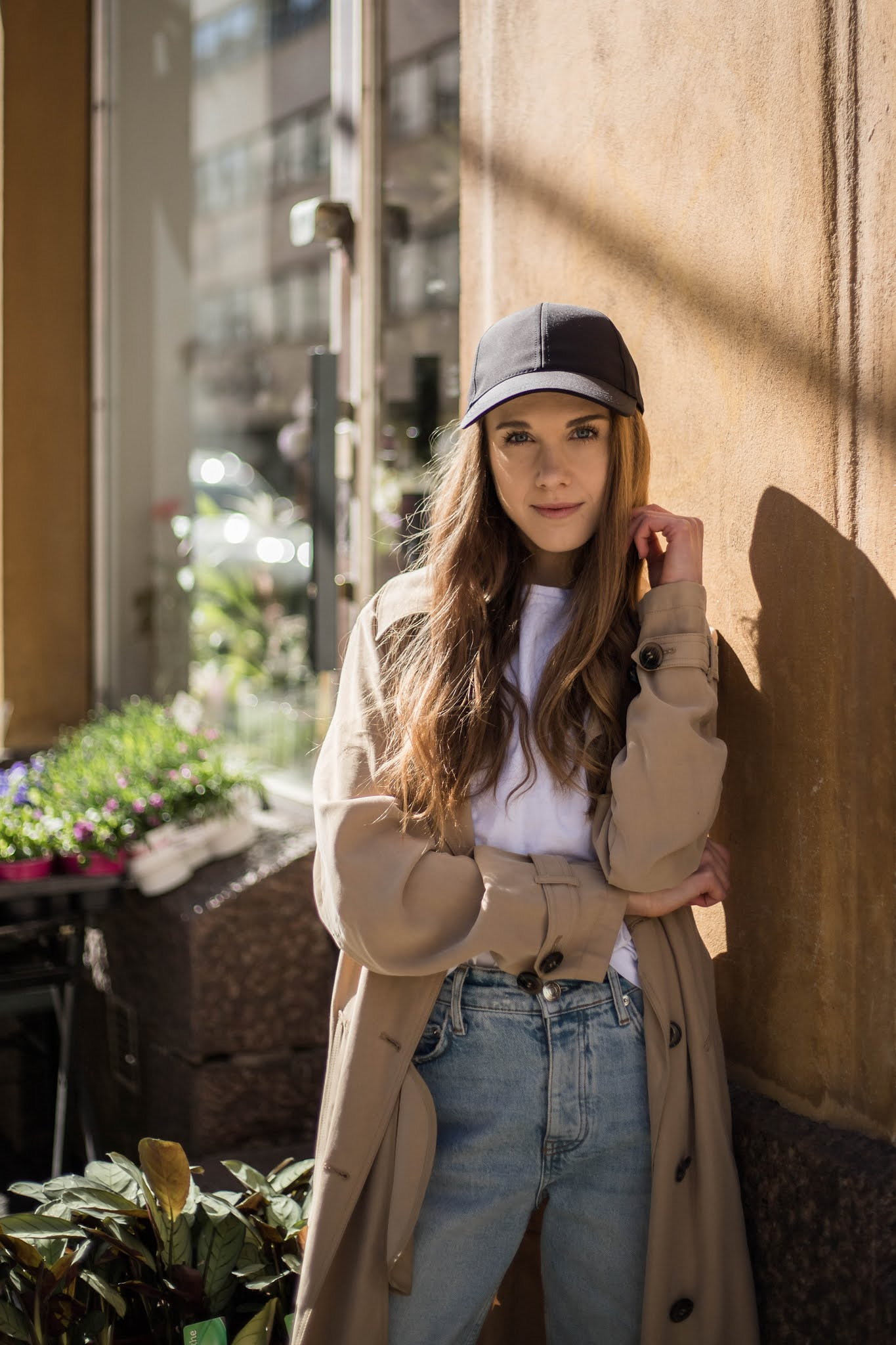 Kevätasu lippiksen ja trenssitakin kanssa // Spring outfit with a cap and a trench coat