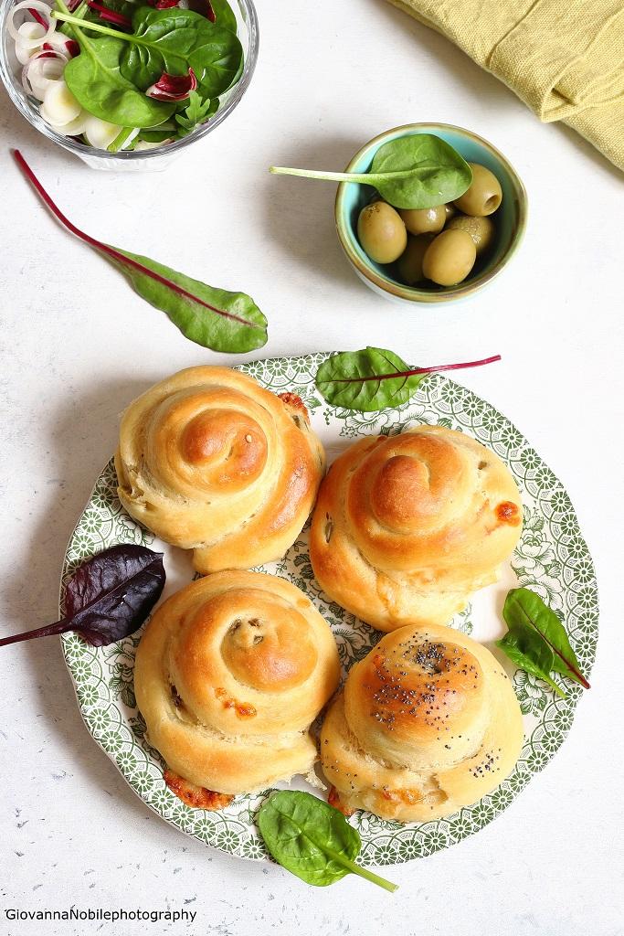 Brioche salate farcite con provolone e olive