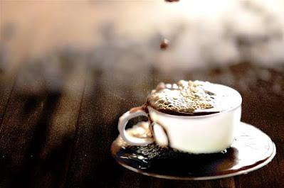 ホットコーヒーに使用するサイズのカップに なみなみ注がれた N村兄貴のエスプレッソ のイメージ