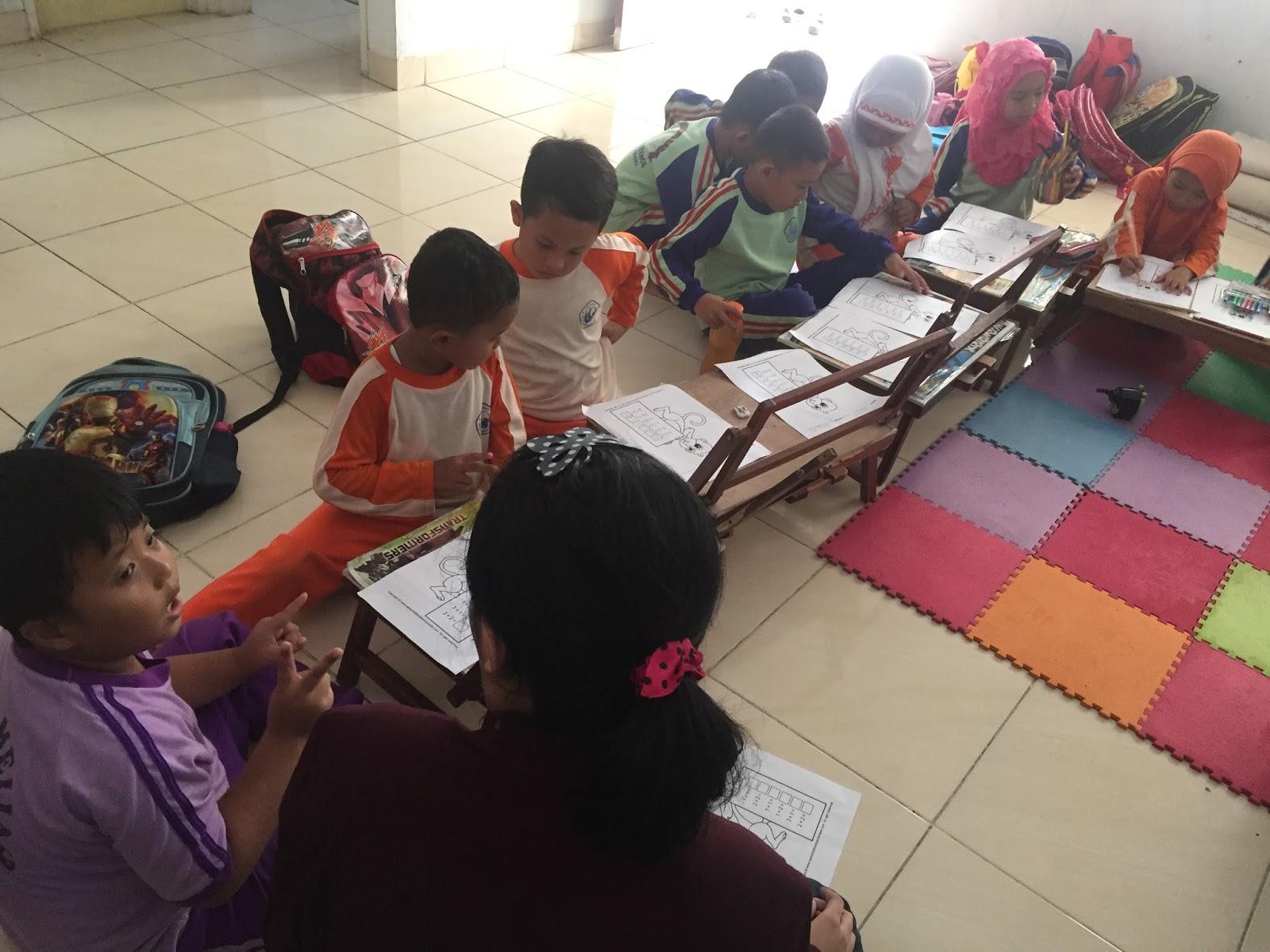 fiorentina dan felicia sedang mengajarkan anak anak TK B berhitung
