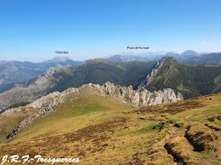Tiatordos y Picos de Europa desde la subida al Collado de las Agujas
