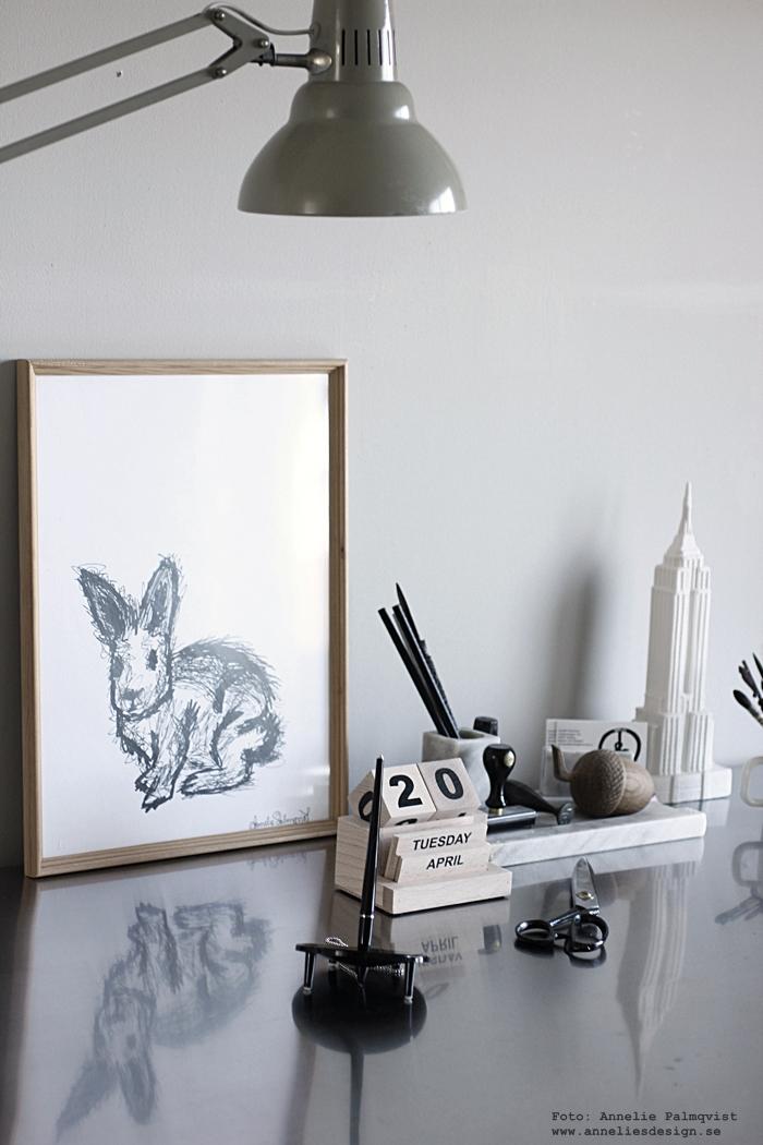 annelies design, webbutik, nätbutik, inredning, kanin, tavla, tavlor, konsttryck, svart och vitt, arbetsrum, hemmakontor, skrivbord, ekollon, evighetskalender, kalender, block, empire state building, inredning, detaljer,