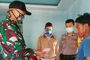 Anggota Polsek Anggeraja Polres Enrekang Kawal Pendistribusian BLT-DD Tahap 1 di Desa Batu Noni