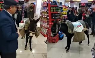 Πήγε στο σούπερ μάρκετ με... γαιδούρι για να μην πληρώσει τις πλαστικές σακούλες (Video)