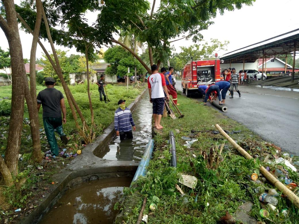 Pemkab Sinjai Kerahkan Petugas Kebersihan dan Damkar Bersihkan Drainase