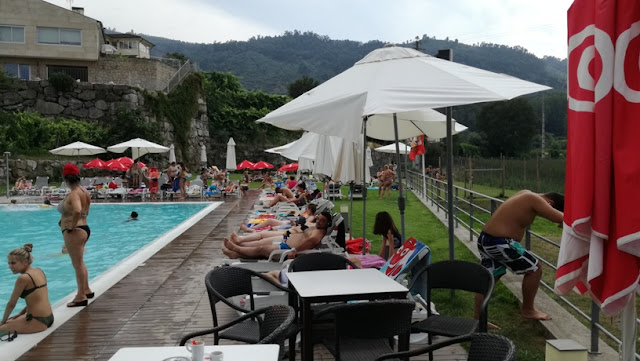 Piscina do CS Lounge Bar repleta de gente