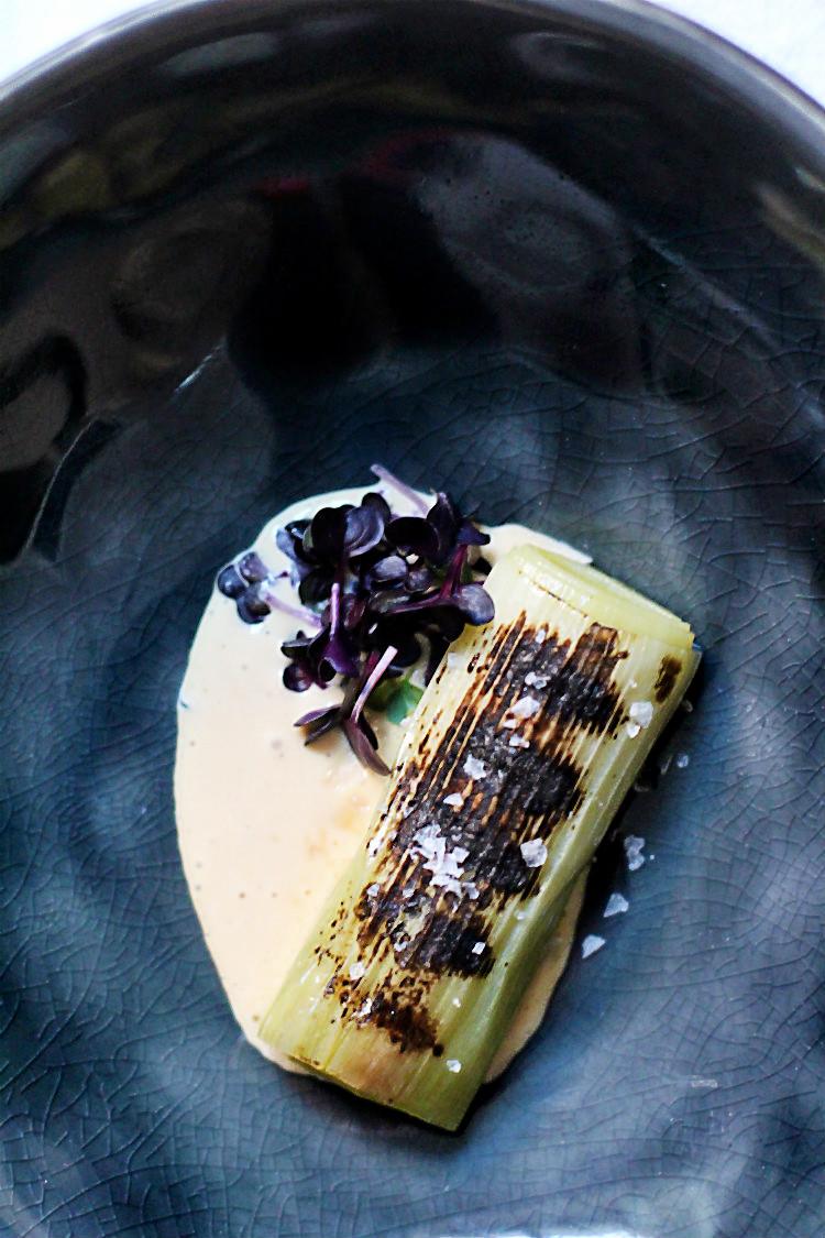 Verkohlter Lauch sous vide (abgeflämmt) mit Miso-Mayonnaise und Sango-Rettich | Arthurs Tochter kocht. Der Blog für Food, Wine, Travel & Love von Astrid Paul