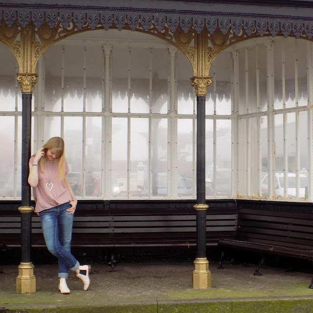 Off duty style- boyfriend jeans and Chelsea boots