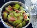 Mancare de gogonele preparare reteta - condimentam legumele cu doua foi de dafin