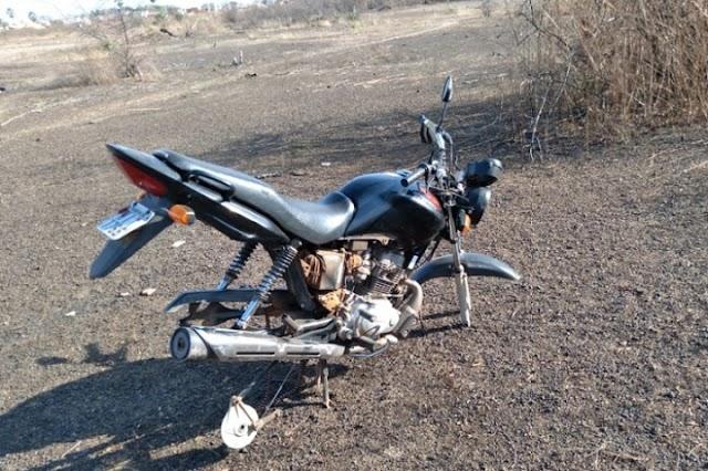 Policias encontram moto abandonada e sem as rodas no bairro Parque Estrela