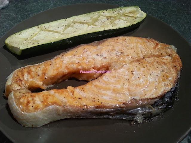 Trancio di salmone al forno con zucchine - Baked salmon steak with zucchini