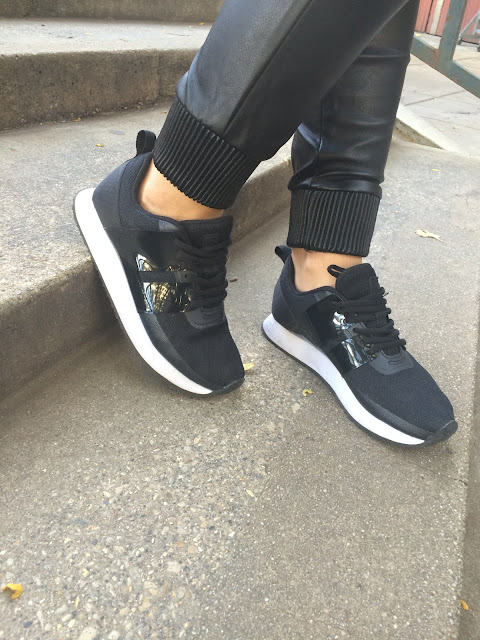 Leather pants, how to wear leather pants, how to style sweatpants, black and white sneakers, outfit with sneakers, kako nositi patike, kako nositi kozne pantalone, sporty chic, sportska elegancija, hm sneakers, new yorker