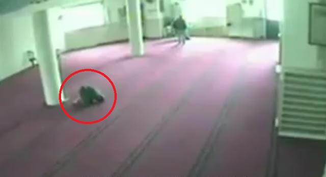 Terekam CCTV, Pria Ini Meninggal Saat Sujud di Masjid