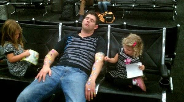 Padre durmiendo e hijas jugando