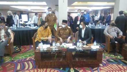 Erman Safar sedang berbincang-bincang bersama Ketua PHRI