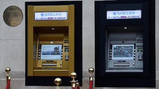 Primer cajero automático del mundo, Banco Barclays 27 de junio de 1967, primera tarjeta plástica con código magnético