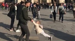 Παναγία των Παρισίων: Έκκληση της φωτογράφου να βρεθεί ο άνδρας με το κoριτσάκι