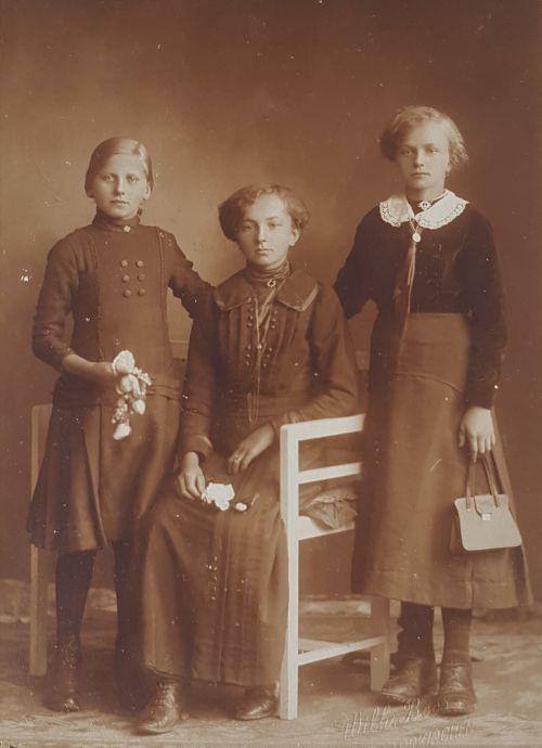 In der Mitte meine Großmutter, links und rechts jüngere Schwestern