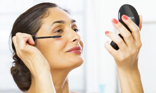 Mujer de 40 años maquillándose