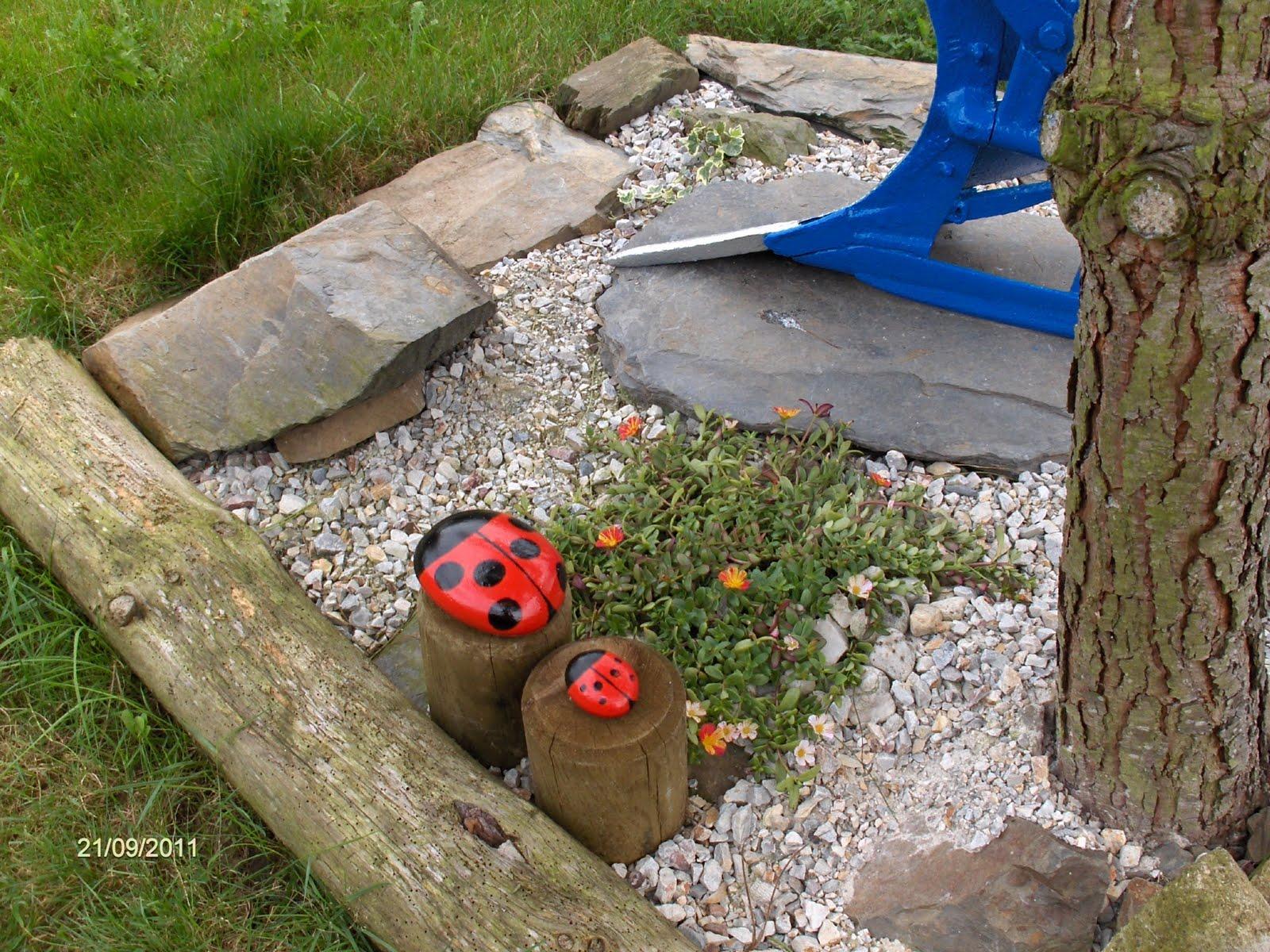 Aprendiz pintar piedras para decorar jard n unas mariquitas for Piedras grandes pintadas para jardin