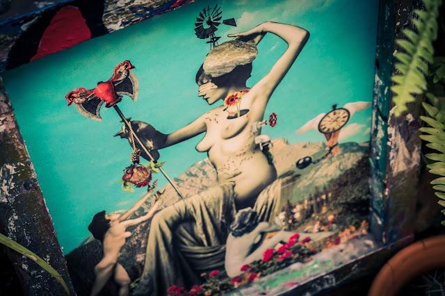 quadro com deusa pagã em moldura rústica