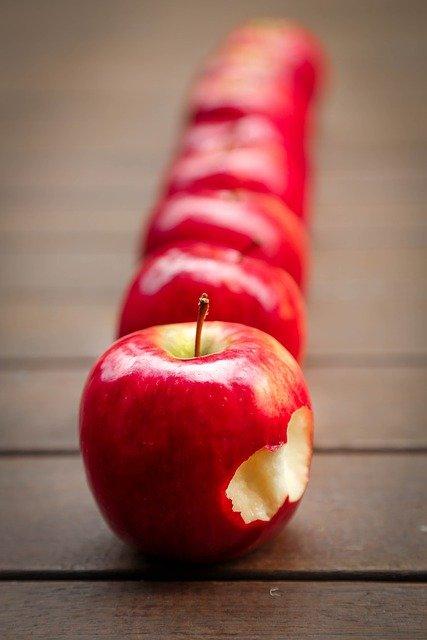 Makan Buah Apel