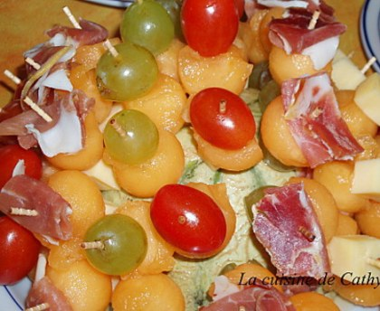 Mini skewers with melon and goat cheese aperitifs