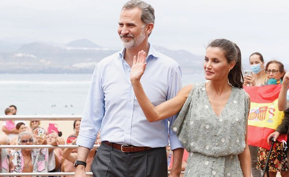 Queen Letizia wore a new textured weave dress by Zara, and a suede canvas shoe by Macarena. Lisa Angel bamboo gold hoop earrings