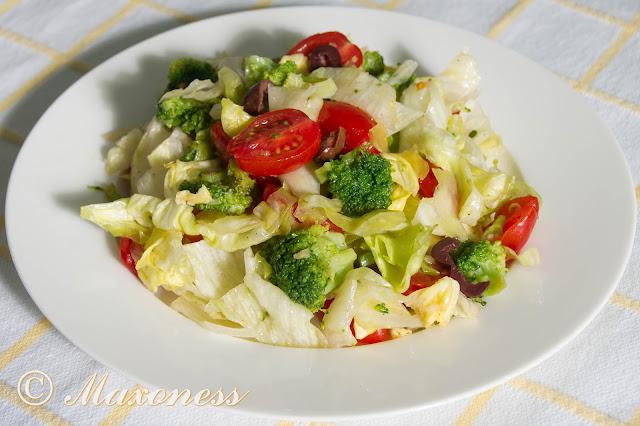 Салат из брокколи и помидоров черри