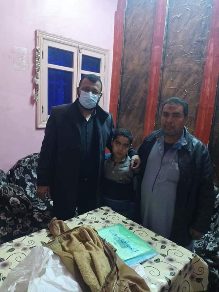 محافظ بني سويف يكلف وكيل وزارة الصحة ببحث شكوى مواطن ابنه مصاب بمرض خلل بالجهاز المناعي