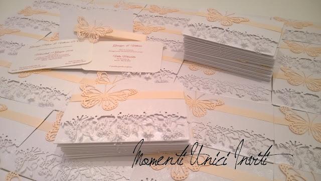 """vi2 Le partecipazioni """"Volo Lieve"""" di Vittoria e GiuseppeColore Bianco Colore Rosa Cipria Partecipazioni intagliate Tema Farfalle"""