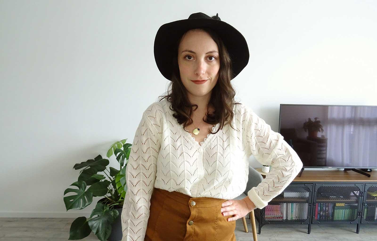 look fall vibes pull ajouré blanc jupe suédine