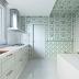 Cozinha contemporânea com cores claras + papel de parede verde no teto!