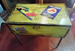 Maleta vintage reconvertida en mesita auxiliar