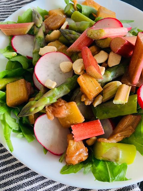 Fruchtiger Rucola-Salat mit karamellisiertem Rhabarber & grünem Spargel, Rezept, glutenfrei vegan, schnell, leicht, einfach