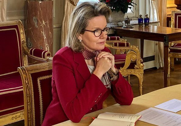 Queen Mathilde in jazzberry wine-red blazer from Stella McCartney. Max Mara double-breasted blazer. Silk with a pattern scarf from Giorgio Armani