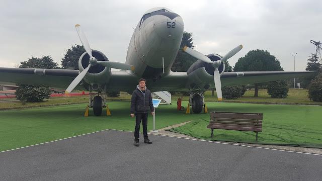 Harun İstenci Douglas DC-3 yolcu uçağı önünde, İstanbul Havacılık Müzesi.