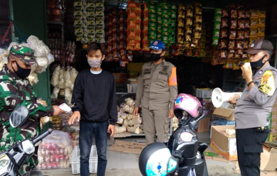 Kodim 0410/KBL bersama dengan Satuan Tugas Penanganan Covid-19, menegakkan disiplin Protokol Kesehatan Covid-19 di pusat perbelanjaan tradisional pasar Kota Karang