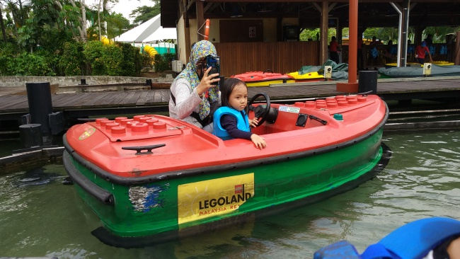 Menaiki Kapal Listrik Bertenaga Baterai di Boating School ...