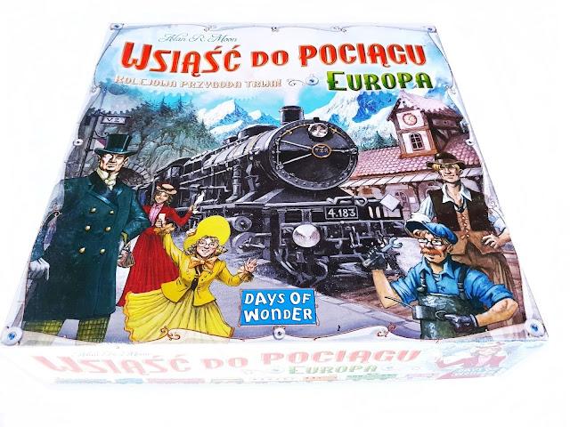 na zdjęciu pudełko gry wsiąść do pociągu: europa, na okładce stara lokomotywa i ludzie w strojach sprzed wieków