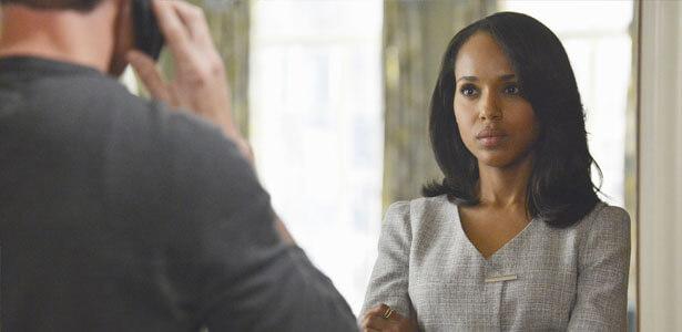 Mujer observando a su pareja para saber si es infiel