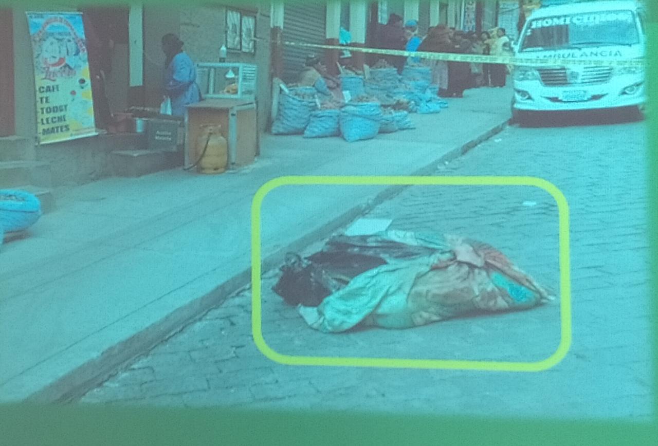 El administrador del bar clandestino llevó el cuerpo hasta una callee en la zona Gran Poder / ÁNGEL SALAZAR